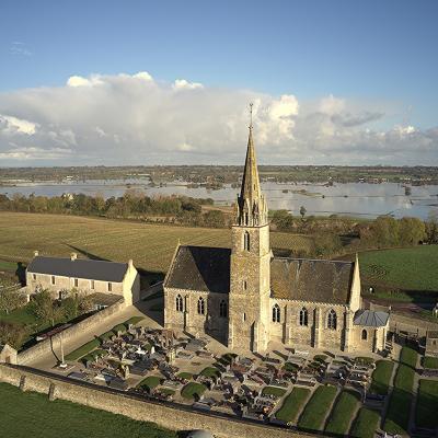 L'église surplombe les marais inondés ( novembre 2019)